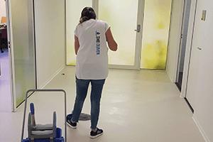 Schoonmaak personeel schoonmaken hal kantoor huis gang schoonmaakbedrijf Duiven