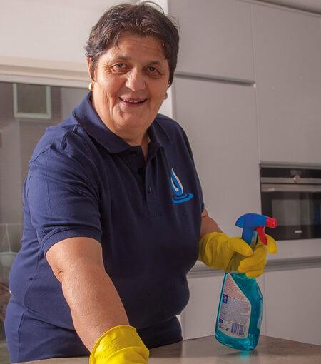 schoonmaak personeel keuken schoonmaakmiddelen handschoen werken