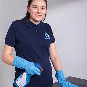 Schoonmaakbedrijfdzigi dzigi schoonmaak werk personeel schoonmaakmidellen benodigheden vrouw