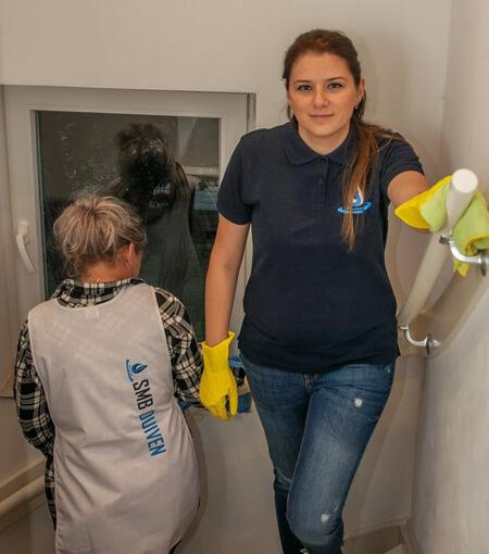 twee dames schoonmaken personeel