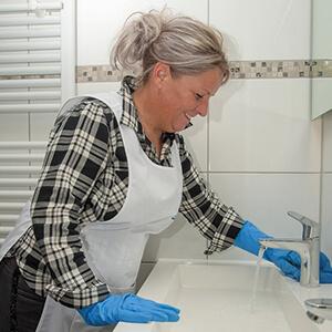 schoonmaken badkamer wasbak kraan werk smb personeel